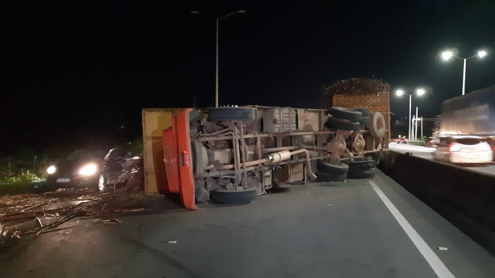 Caminhão tombou na noite desta sexta-feira (13) na BR-304 na Grande Natal — Foto: Sérgio Henrique Santos/Inter TV Cabugi