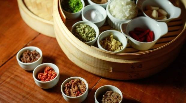 O chef David Zisman, do Nam Thai, faz quatro tipos de curry (Foto: Agência O Globo)