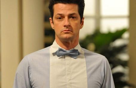 Crô (Marcelo Serrado) ficará milionário depois de herdar parte da fortuna de Tereza Cristina. Ele criará uma ONG de apoio a homossexuais Reprodução
