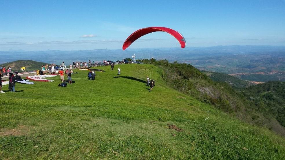 Pico da Ibituruna, em Governador Valadares, tem características ideais para o voo livre — Foto: Associação de Voo Livre Ibituruna/Divulgação