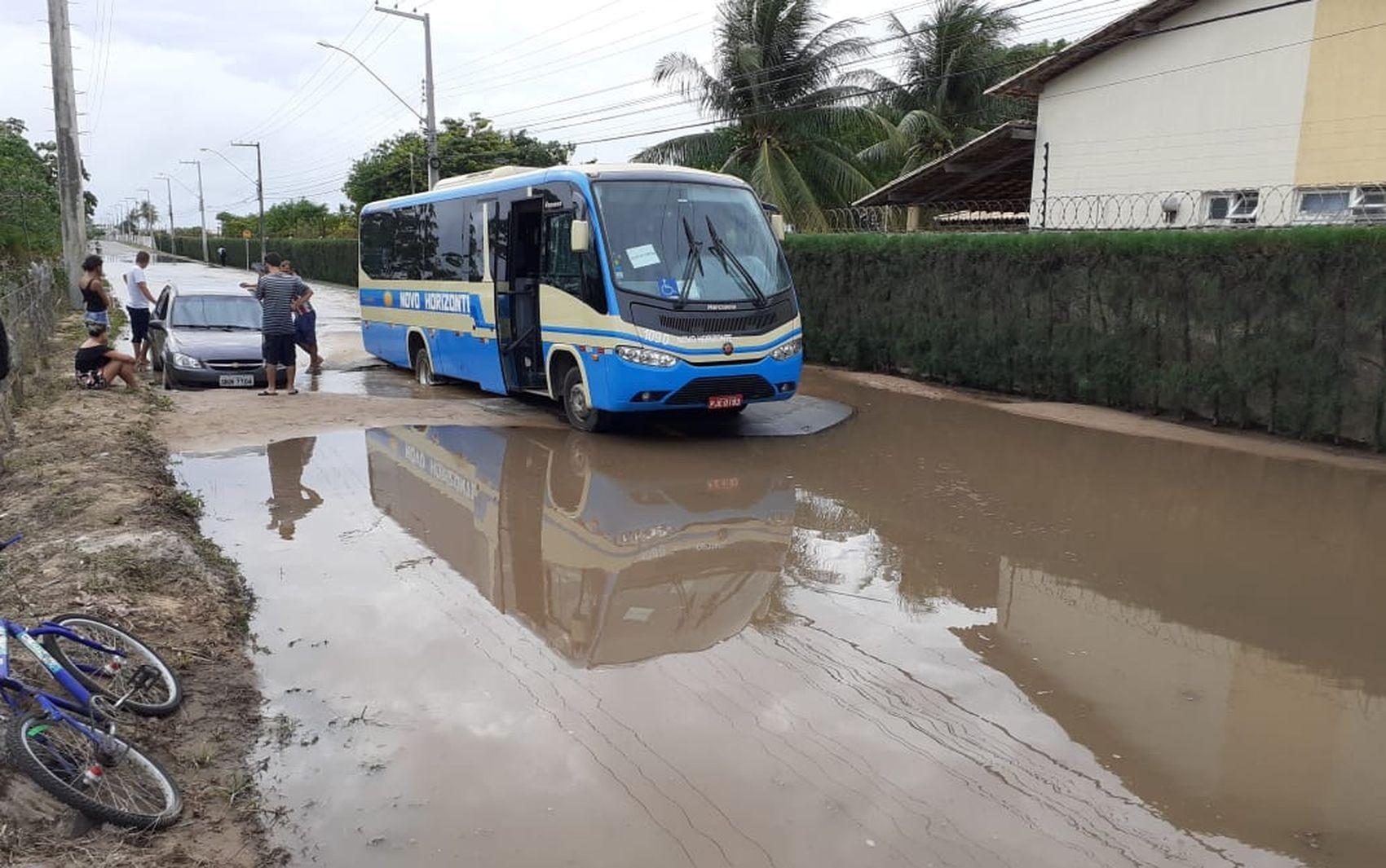 Ônibus cai em buraco na Zona de Expansão de Aracaju