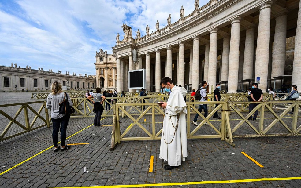 Turistas em fila no vaticano — Foto: Vincenzo Pinto / AFP Photo