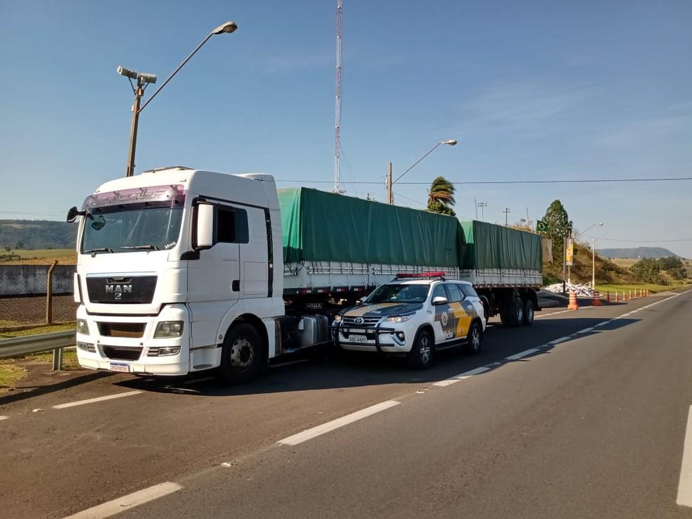 Os dois semi-reboques (bitrem) estavam vazios e caminhão voltava para o Paraná após fazer o transporte do cigarro contrabandeado  — Foto: Polícia Rodoviária/Divulgação