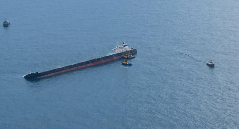 Novas imagens áreas apontam pouca quantidade de óleo ao redor de navio encalhado na costa do Maranhão. — Foto: Divulgação/Ibama