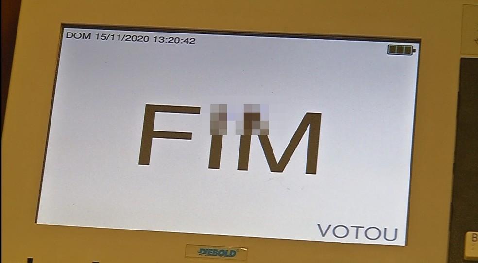 Eleitor escreveu o número do candidato na urna eletrônica em São João das Duas Pontes — Foto: Rafael Honorato/TV TEM