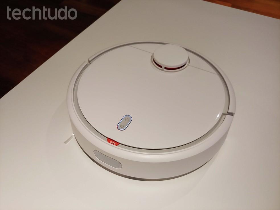 Robô aspirador da Xiaomi ajuda na limpeza de casa — Foto: Aline Batista/TechTudo