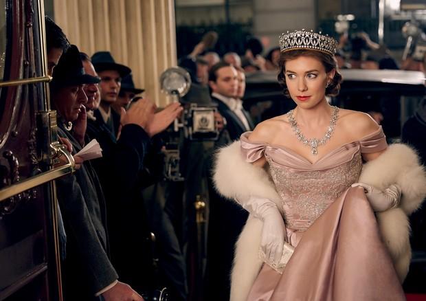 A atriz Vanessa Kirby interpretando a princesa Margaret, em cena da série The Crown, da Netflix (Foto: Imaxtree e Divulgação)