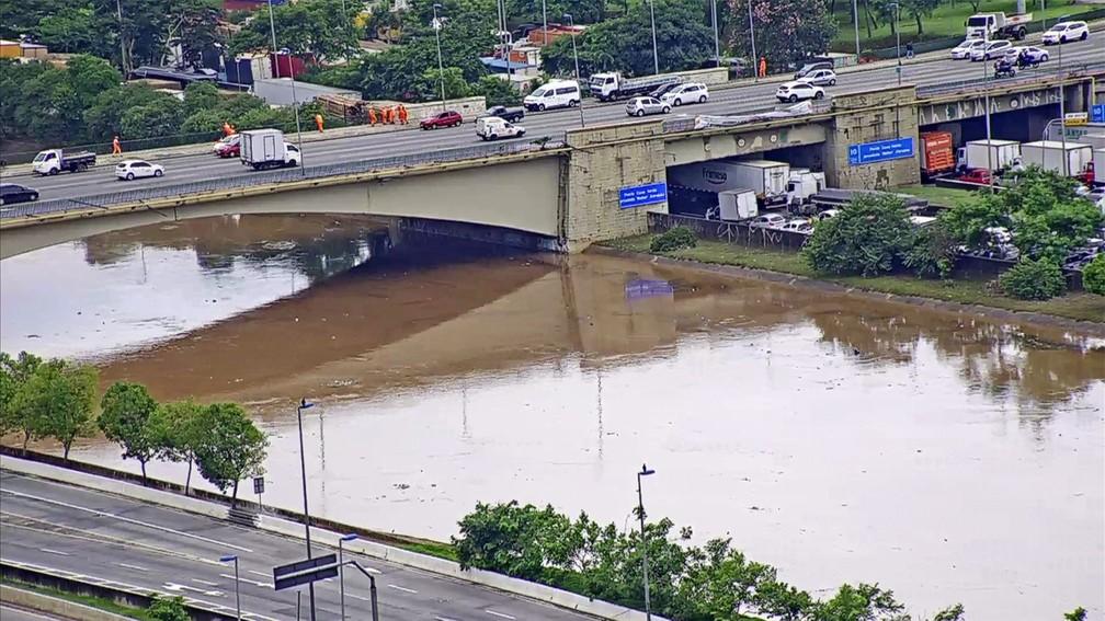 Marginal Tietê tem alagamento sob a Ponte das Bandeiras — Foto: TV Globo/Reprodução