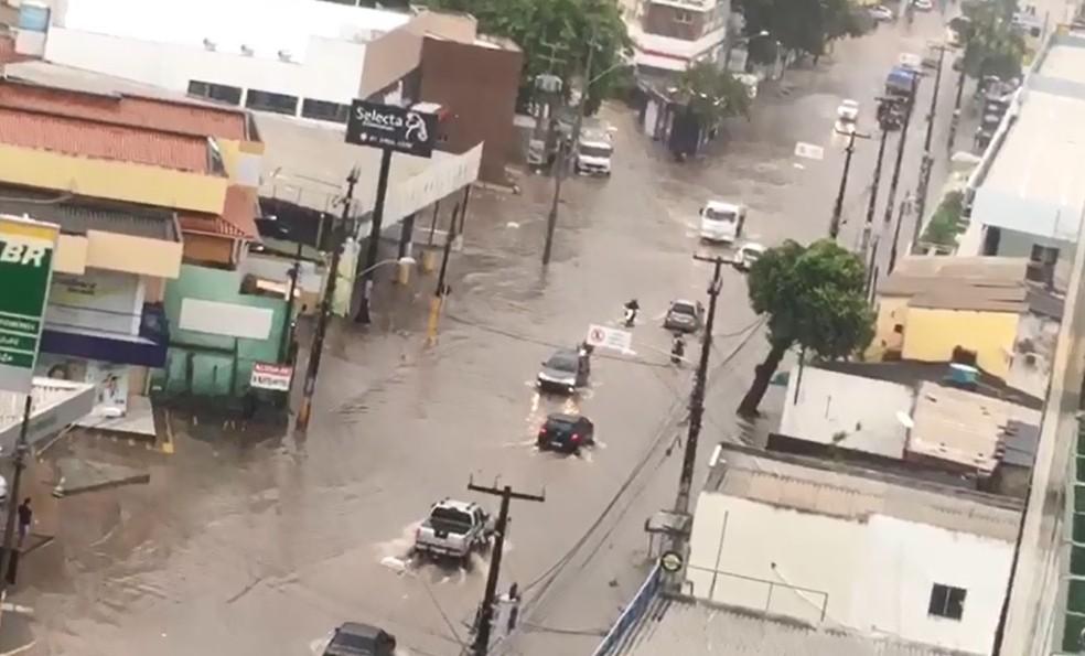 Avenida Carlos de Lima Cavalcanti ficou alagada na manhã desta quinta (13) — Foto: Reprodução/WhatsApp