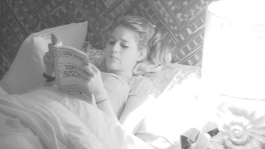 Ana Clara lê livro no Bangalô do Líder enquanto brothers dormem