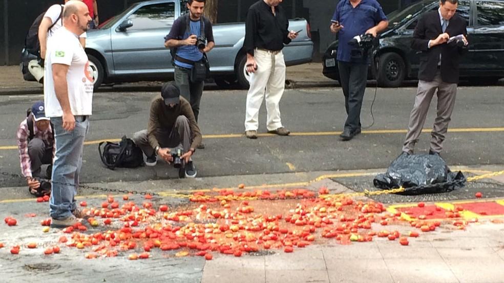 Tomates são espalhados em frente a local onde Gilmar Mendes e Alexandre de Moraes estão (Foto: Cesar Menezes/TV Globo)