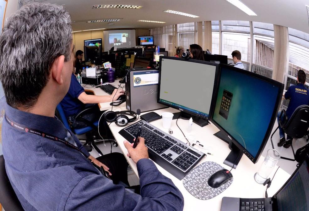 Em imagem de arquivo, servidores trabalham na central de monitoramento da Secretaria Nacional de Segurança Pública (Foto: MJ/Divulgação)