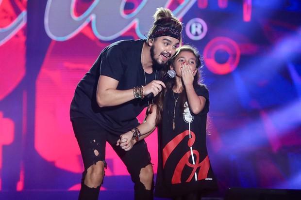 Luan Santana com fã (Foto: Manuela Scarpa/Brazil News)