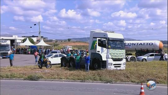 Caminhoneiros mantêm greve e paralisação chega ao 5º dia em rodovias do Sul de MG