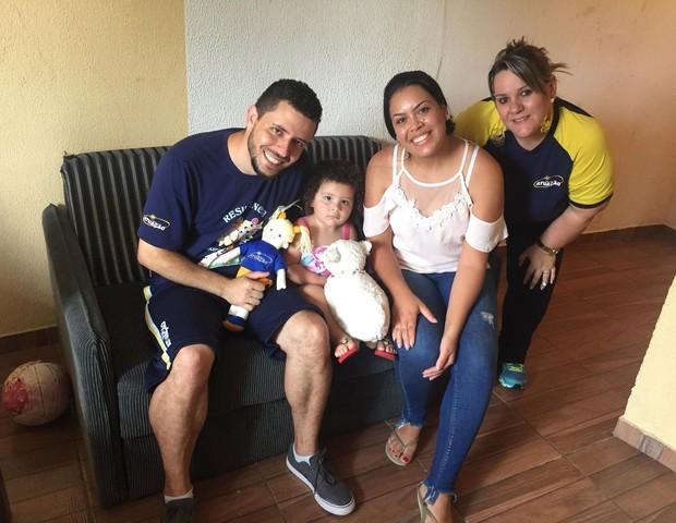 A família de Bella, 3, recebeu a visita da professora antes das aulas iniciarem (Foto: Escola Atuação)