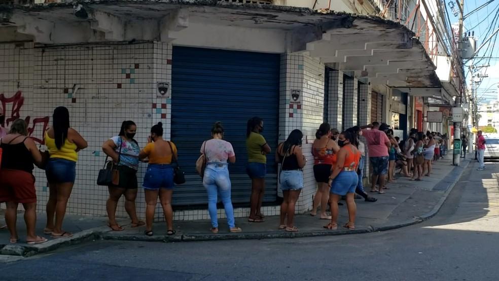Clientes fizeram fila para entrar em lojas, mas não respeitaram a medida de distanciamentos social em Campos, no RJ — Foto: Alice Sousa