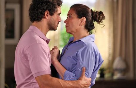 Na quarta (26), Griselda (Lilia Cabral) e Guaracy (Paulo Rocha) serão flagrados aos beijos Reprodução