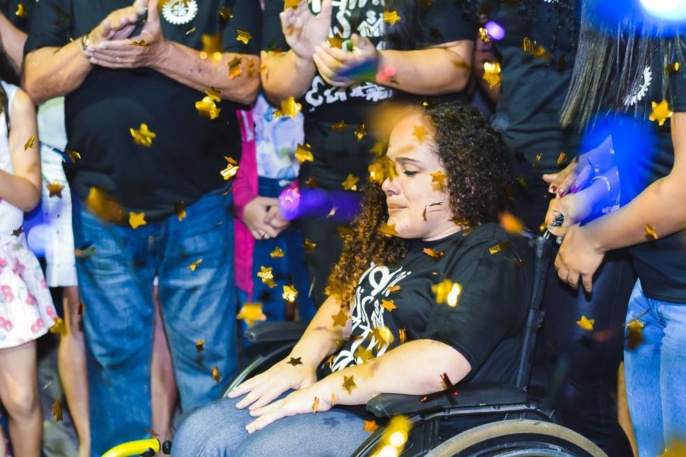Rebeca tem uma malformação na coluna e sempre sonhou em ter uma cadeira de rodas motorizada  — Foto: Morato Fotografia/Divulgação