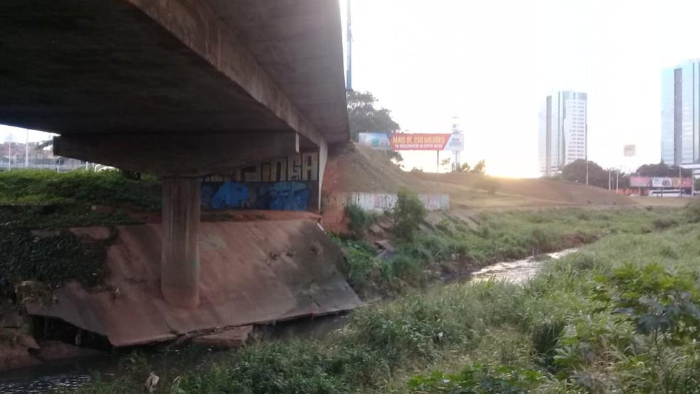 Carro desabou de viaduto e caiu em córrego — Foto: Cid Vaz/TV Bahia