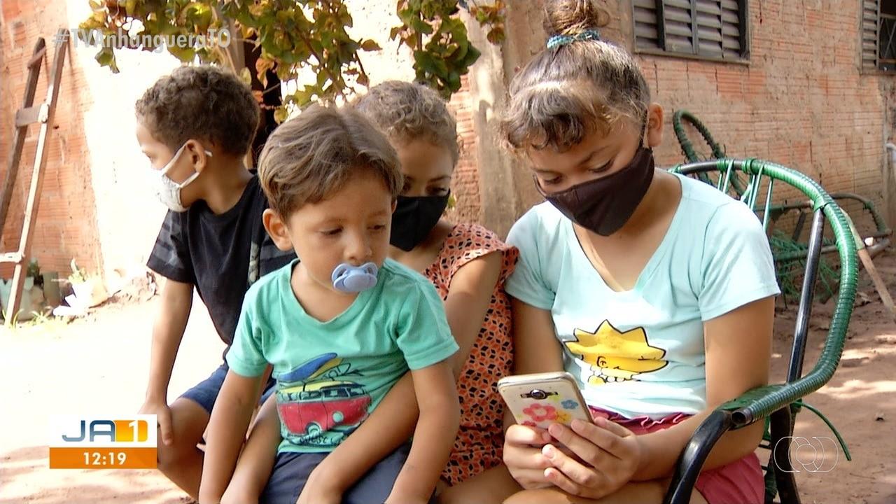 Cinco irmãos precisam dividir único celular da família pra assistir aulas virtuais em Palmas