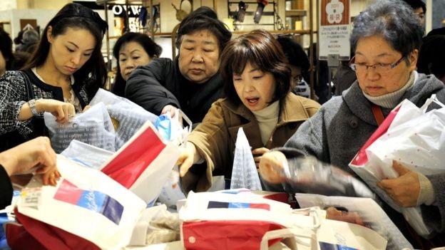 Uma vez dentro da loja, começa outra batalha para garantir uma fukubukuro e tentar encontrar pistas do que tem em cada uma delas antes de comprar (Foto: Getty Images via BBC News Brasil)
