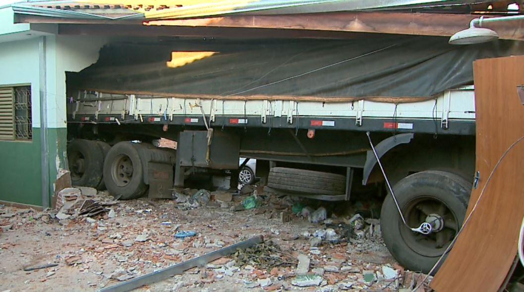 Um dia após invadir casa, carreta com 25 t de alumínio segue presa no imóvel em Ribeirão Preto, SP - Notícias - Plantão Diário