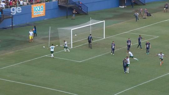 No dia do amigo, jogador abraça adversário em comemoração de gol na Série D; veja no vídeo
