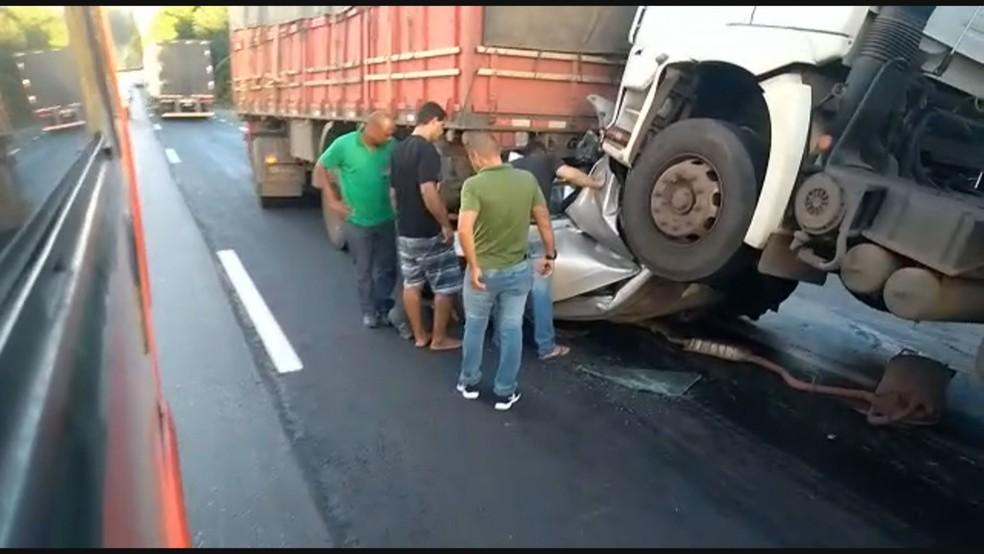 Carro prensado por carretas na BR-040 — Foto: Reprodução/Globo
