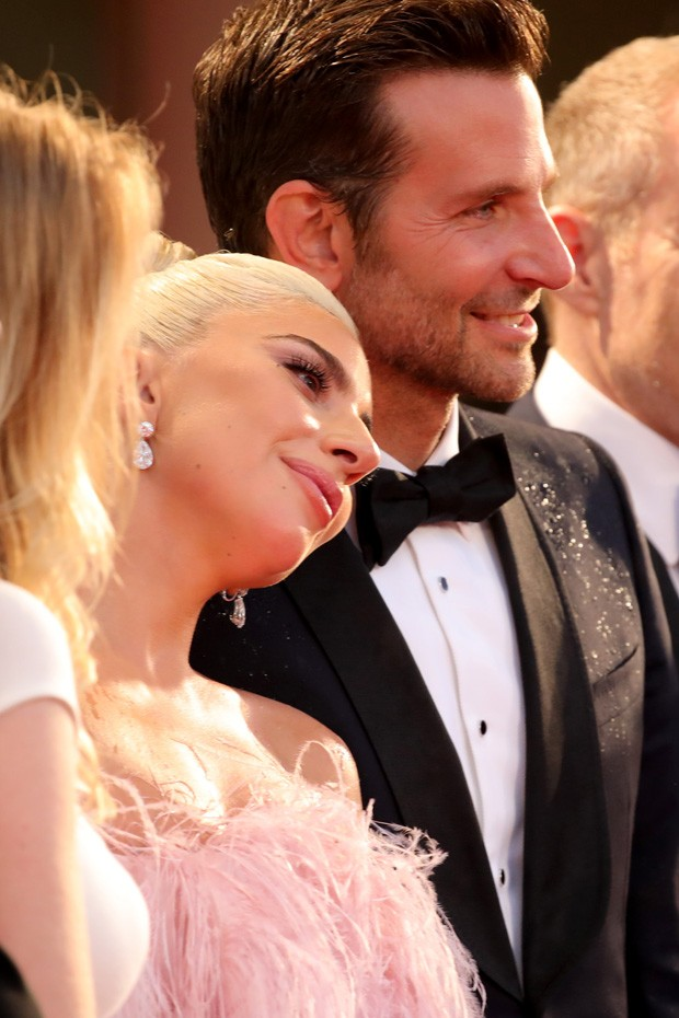 VENICE, ITALY - AUGUST 31:  Lady Gaga (R) and Bradley Cooper (L) walk the red carpet ahead of the 'A Star Is Born' screening during the 75th Venice Film Festival at Sala Grande on August 31, 2018 in Venice, Italy.  (Photo by Andreas Rentz/Getty Images) (Foto: Getty Images)