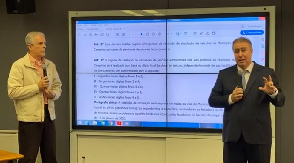 Secretário Carlos José Barreiro e prefeito Jonas Donizette mostram detalhes do projeto de lei sobre o rodízio de veículos em Campinas — Foto: Reprodução/Facebook