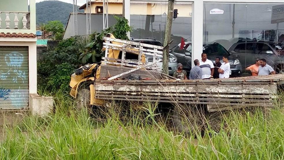 Caminhão bateu em ponto de ônibus às margens da RJ-106 (Foto: Filipe Carbone/G1)