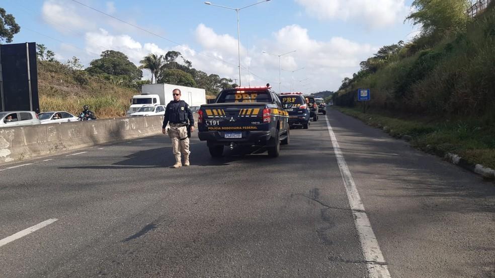 PRF monitora manifestação — Foto: Adriana Oliveira/TV Bahia