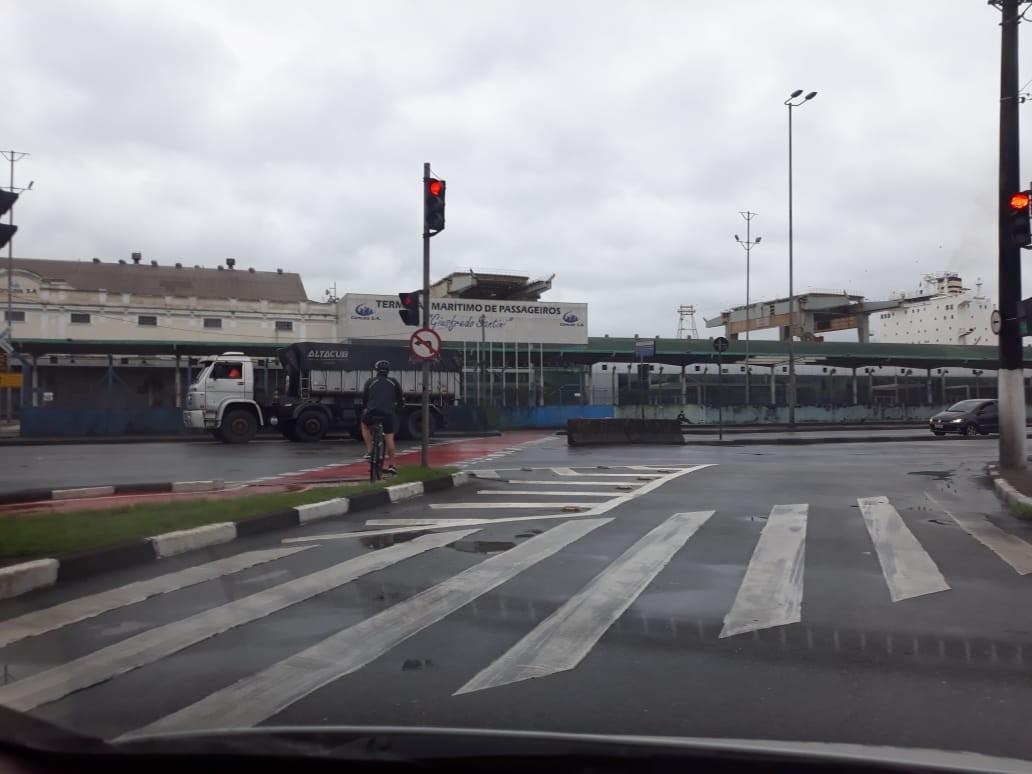Vídeo mostra momento em que motociclista é atropelado por caminhão e morre em SP - Notícias - Plantão Diário