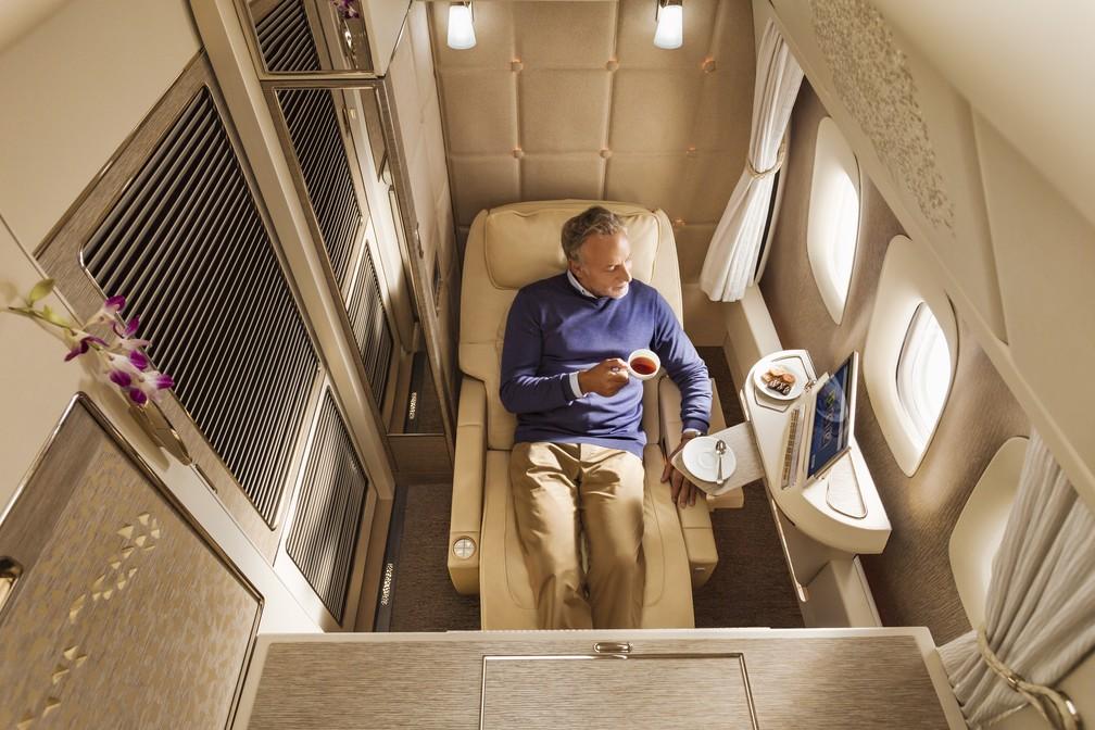 Poltrona da primeira classe ajustada na posição 'zero gravidade', inspirada na tecnologia da NASA. Emirates anunciou, no último final de semana, mudanças na configuração da primeira classe do Boeing 777 (Foto: Divulgação/Emirates)