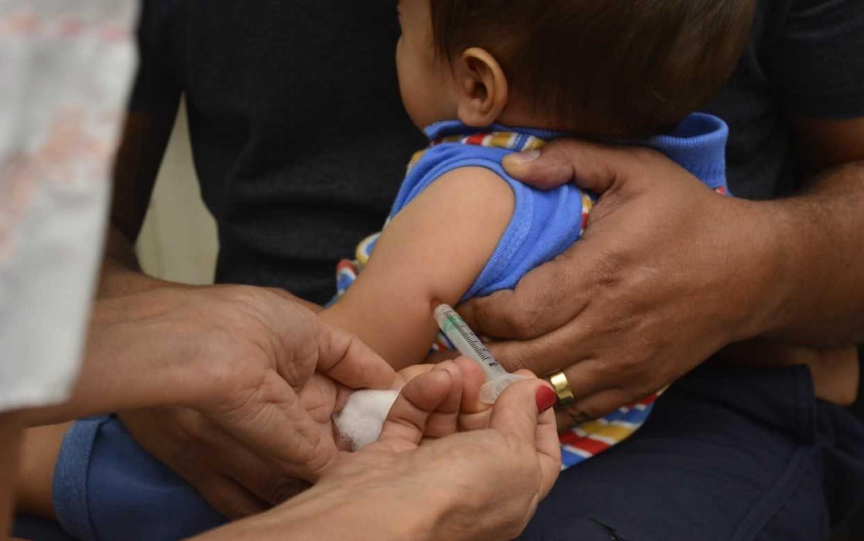 Por baixo estoque, apenas crianças estão sendo vacinadas contra o sarampo em Ariquemes, RO