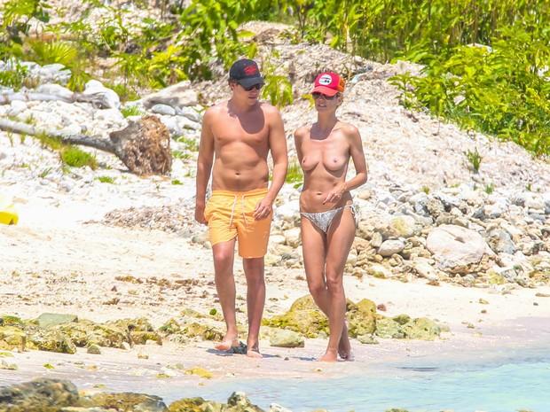 Heidi Klum com o namorado, Vito Schnabel, em praia em Tulum, no México (Foto: AKM-GSI Brasil)