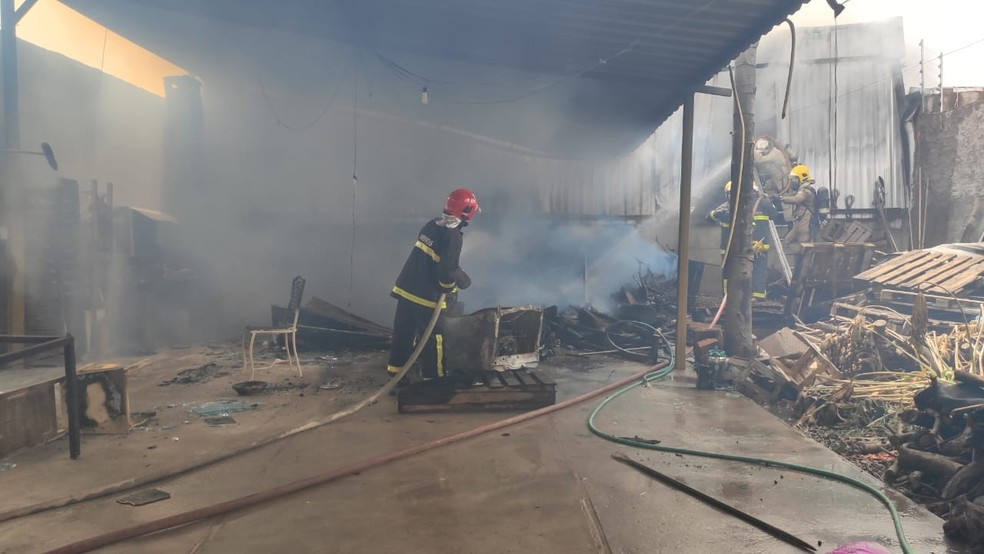 Fogo destruiu parte da casa e empresa em Várzea Grande (MT) — Foto: Corpo de Bombeiros/Divulgação
