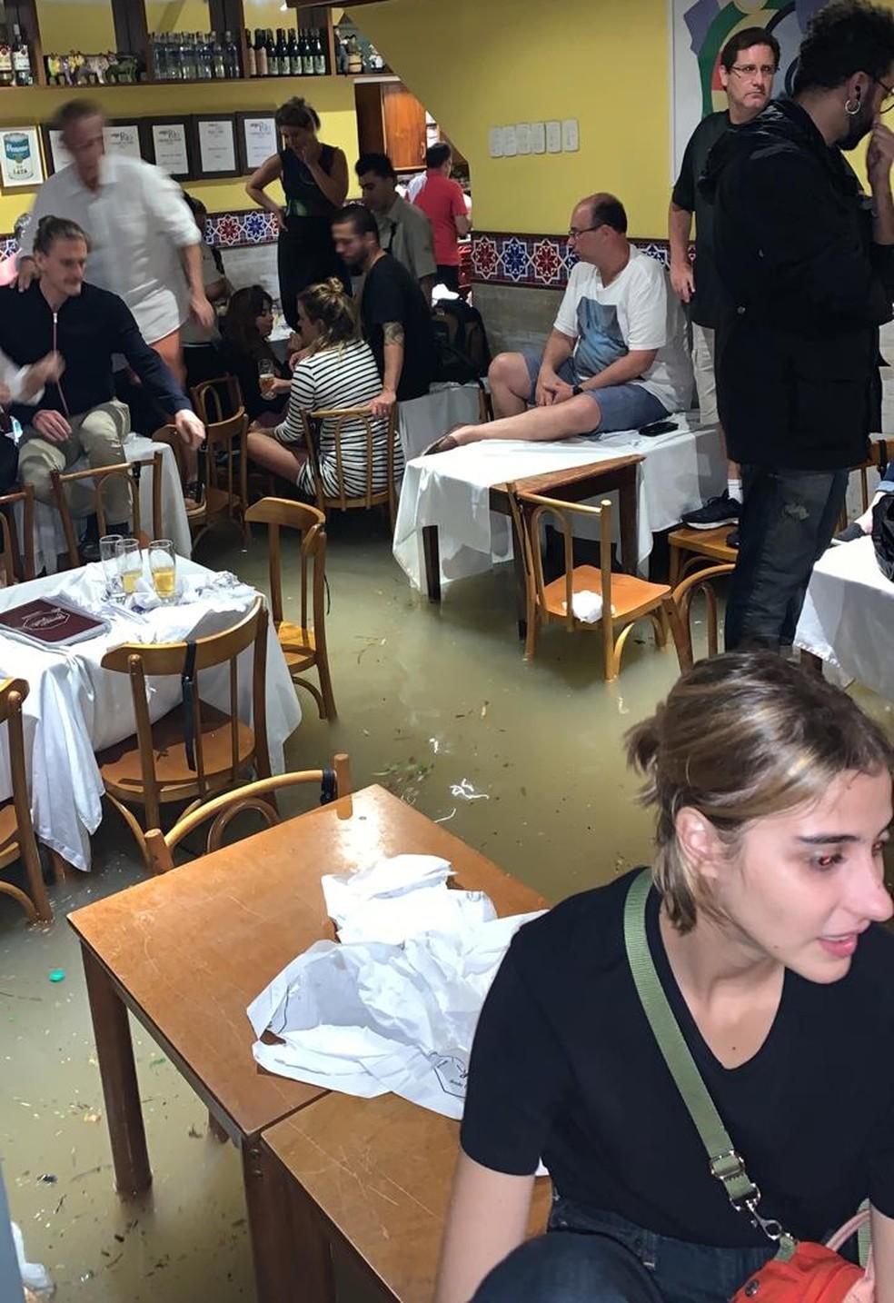 Clientes ficam ilhados no em restaurante na Gávea, Zona Sul. — Foto: Stephanie Luyten/Arquivo Pessoal