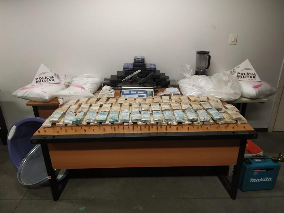 Drogas, armas, munição e dinheiro apreendidos — Foto: Divulgação/Polícia Militar