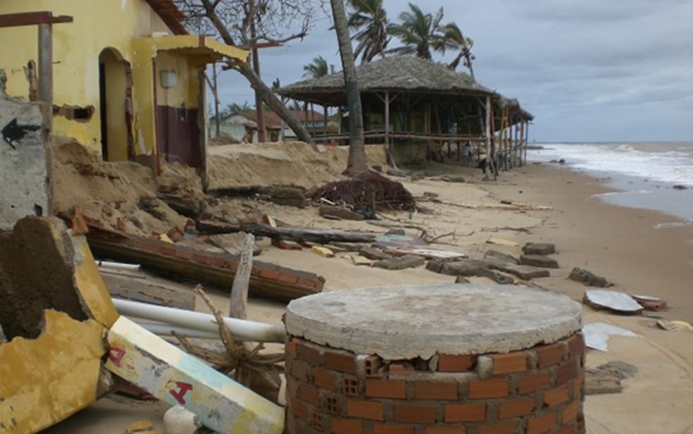 Barracas são derrubadas por conta do avanço do mar no litoral baiano (Foto: Athylla Borboema/Teixeira News)