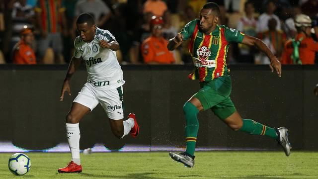 Carlos Eduardo, do Palmeiras, em lance no primeiro tempo