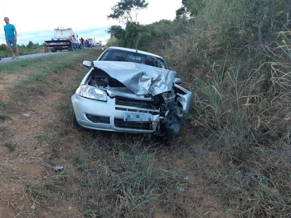 Carro invadiu contramão — Foto: Divulgação/PRF