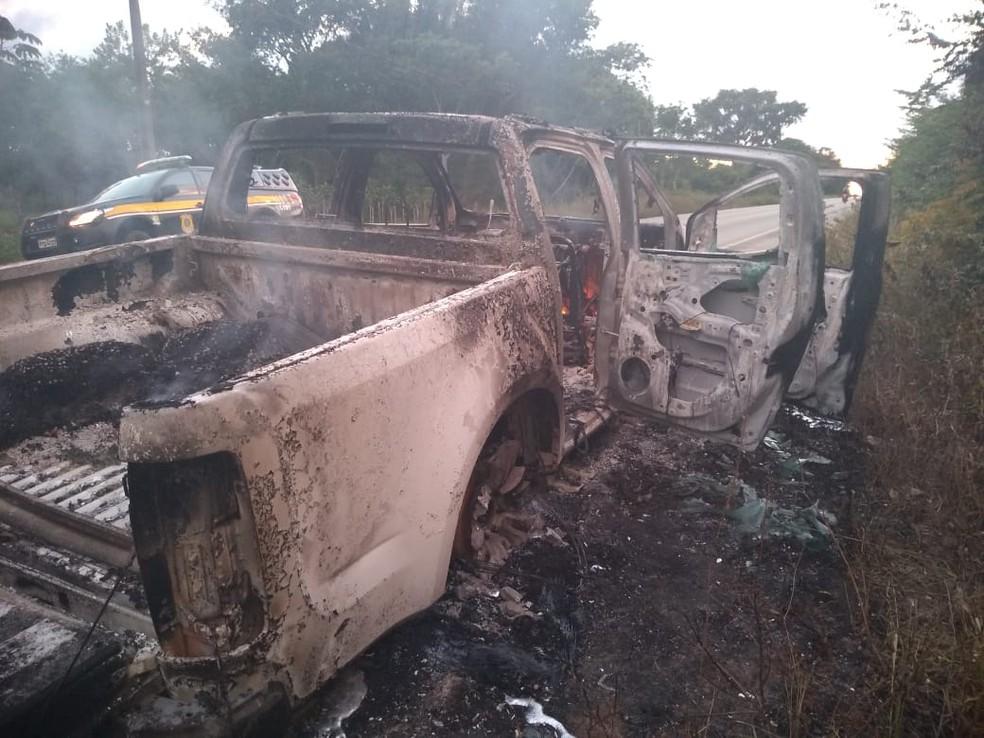 Policiais rodoviários acreditam que um problema elétrico pode ter sido a causa do incêndio na caminhonete — Foto: Divulgação/Polícia Rodoviária Federal