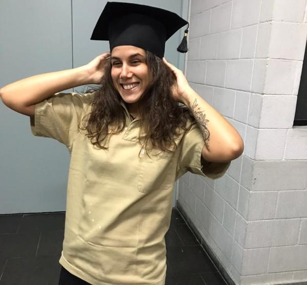 Roberta Mascena no dia da formatura e com parte do uniforme de faxineira da mãe — Foto: Roberta Mascena