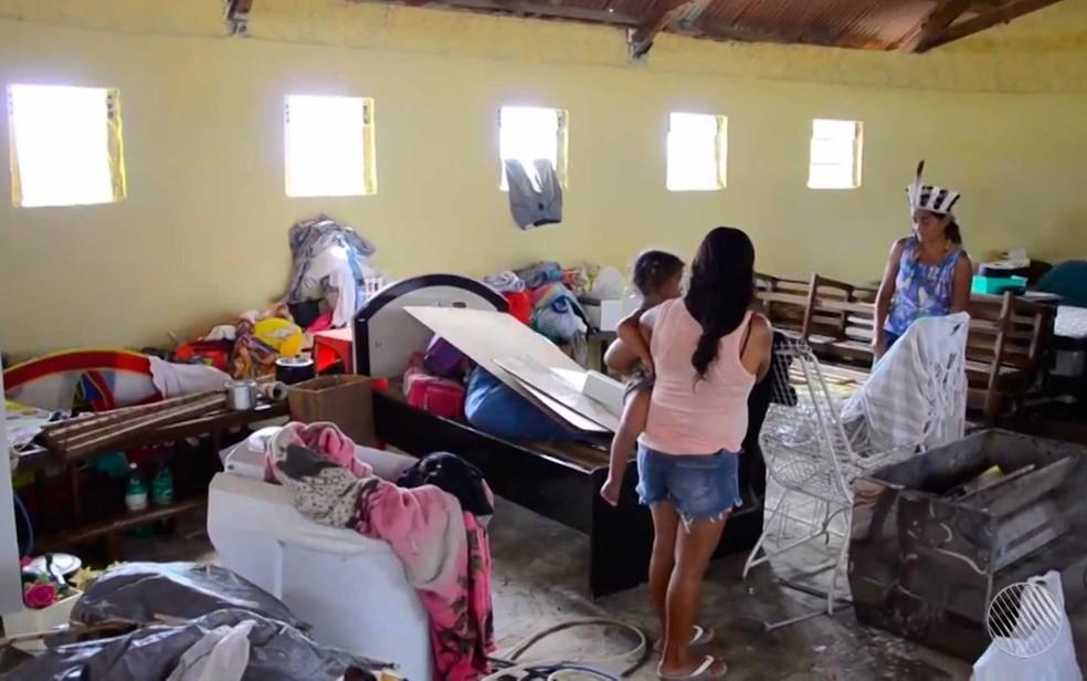 Escola de Paulo Afonso onde os índios estão morando após reintegração de posse (Foto: Imagem/TV São Francisco)