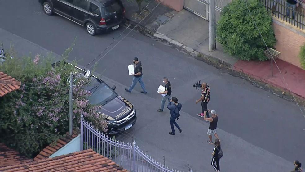 Caixas foram retiradas da casa da falsa enfermeira — Foto: Reprodução/TV Globo
