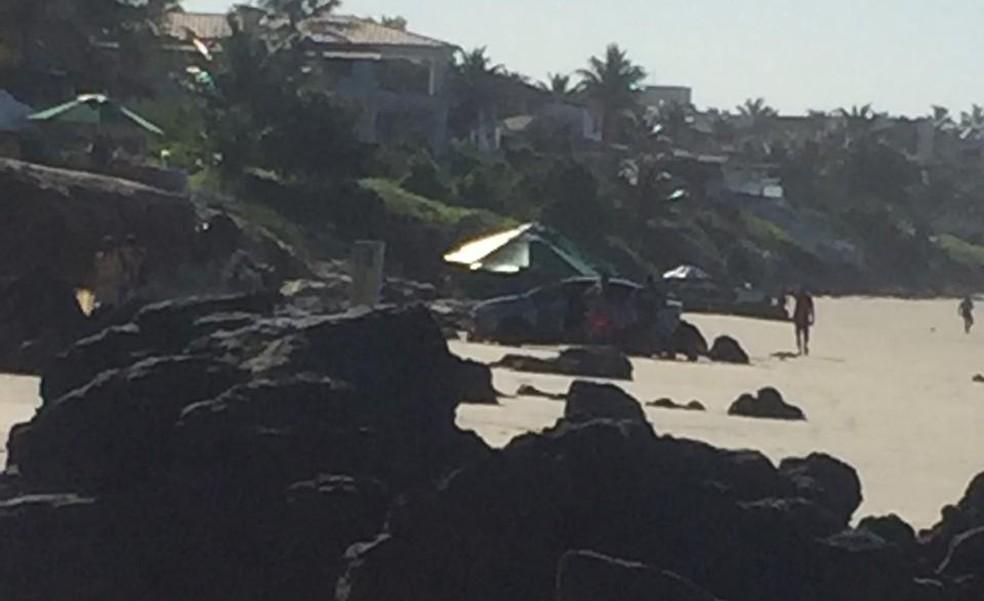 Veículo caiu na praia de Cotovelo — Foto: Redes sociais
