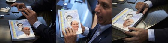 Paulo Souza folheia biografia de Alckmin escrita por ex-prefeito tucano (Foto: Marcelo Saraiva)