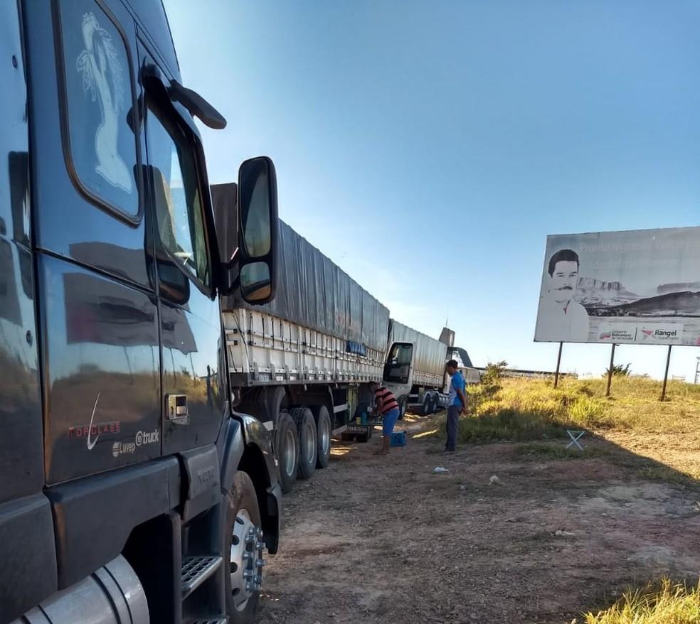 Caminhoneiros têm recebido ajuda de atravessadores que cruzam fronteira por rotas clandestinas — Foto: Arquivo pessoal
