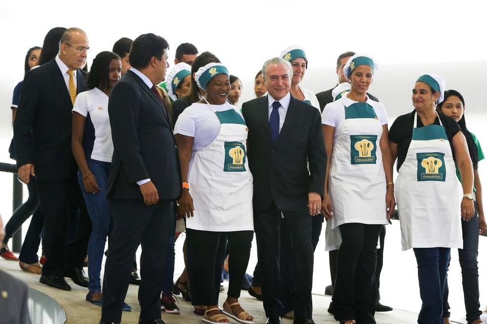 O presidente Michel Temer com merendeiras no Palácio do Planalto, durante anúncio de recursos para o Programa Nacional de Alimentação Escolar, em fevereiro de 2017 (Foto: Marcelo Camargo/Agência Brasil)